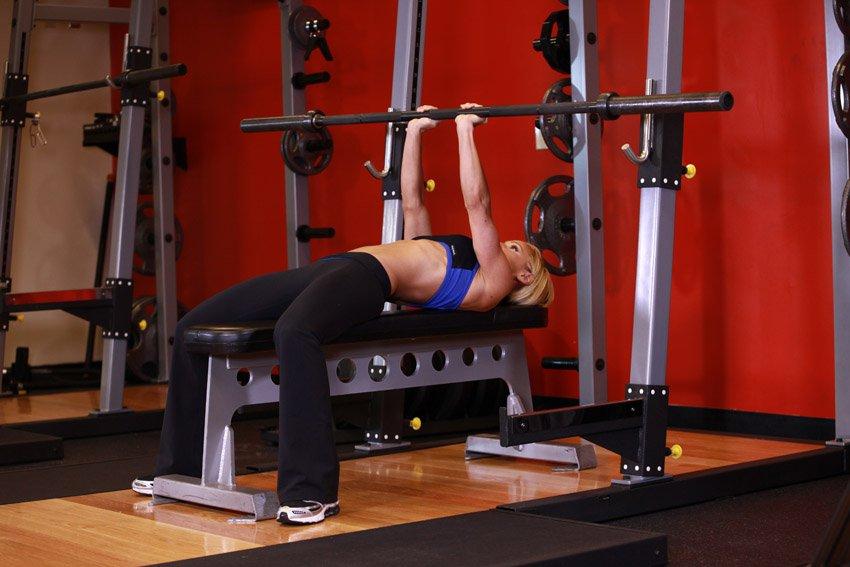Жим штанги узким хватом в женском тренинге