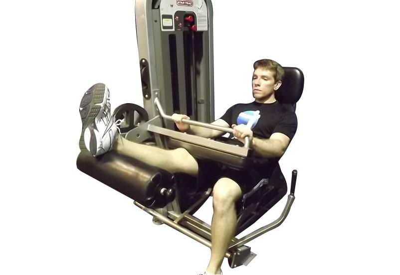 Исходное положение при поочерёжном сгибании ног на тренажере сидя