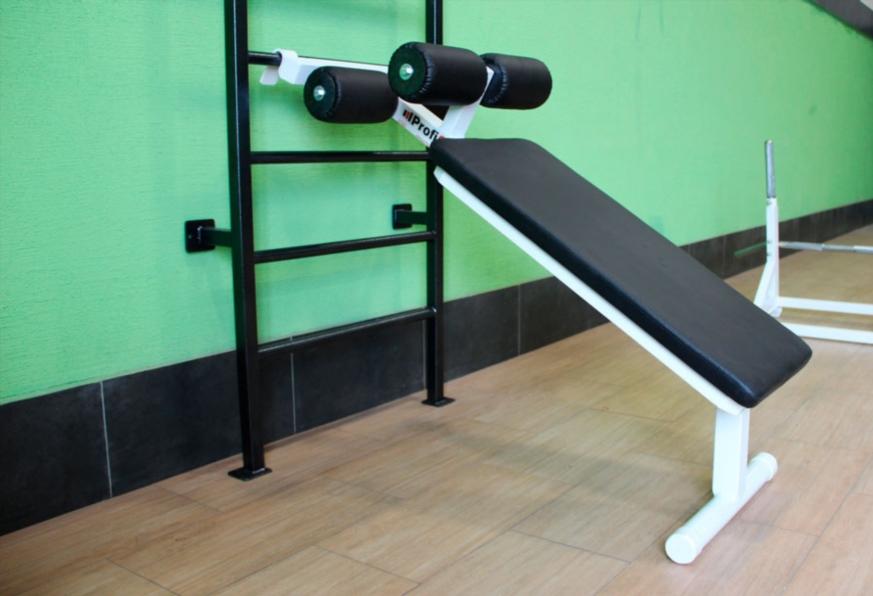 Наклонная скамья, требующая дополнительного оборудования для фиксации наклона.