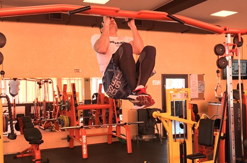 Тренировка с прижатыми коленями